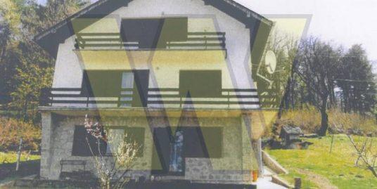 Orahovica Dvije kuće i dvorište